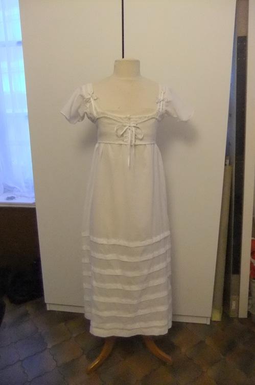 Chemise à plis religieuses et corset court empire - face